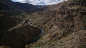 Πέταγμα πέρα από το φαράγγι βουνών Ο δρόμος κατά μήκος του ποταμού, στα ξύλα απόθεμα βίντεο