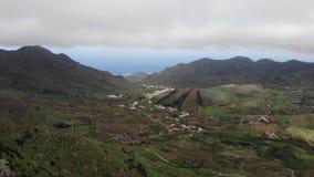 Πέταγμα πέρα από το φαράγγι Tenerife Masca παλαιό χωριό βουνών Διάσημο σημείο τουριστών στο φαράγγι Masca που περιβάλλεται από ηφ απόθεμα βίντεο