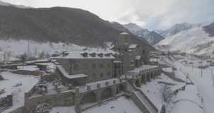 Πέταγμα σε έναν κηφήνα πέρα από ένα μοναστήρι στα βουνά το χειμώνα απόθεμα βίντεο