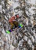 Πέταγμα σε ένα σνόουμπορντ δραστηριότητα υπαίθρια Snowboarding - κάθοδος από τις χιονισμένα κλίσεις και τα βουνά σε ένα ειδικό Sh στοκ εικόνα