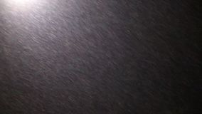 Πέταγμα στο χιόνι νύχτας που αφήνεται φιλμ μικρού μήκους