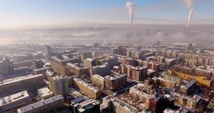 Πέταγμα στο copter πέρα από τη χειμερινή πόλη Αστική αιθαλομίχλη, στον ορίζοντα απόθεμα βίντεο