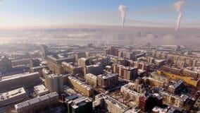 Πέταγμα στο copter πέρα από τη χειμερινή πόλη Αστική αιθαλομίχλη, στον ορίζοντα φιλμ μικρού μήκους