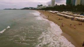 Πέταγμα της κάμερας κατά μήκος της παραλίας απόθεμα βίντεο