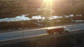 Πέταγμα υψηλό επάνω από το ημι φορτηγό εμπορευματοκιβωτίων που μεταφέρει τα εμπορεύματα στην πολυάσχολη εθνική οδό σε ολόκληρη τη απόθεμα βίντεο