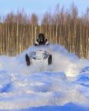 Πέταγμα υψηλό με το όχημα για το χιόνι Στοκ Εικόνες