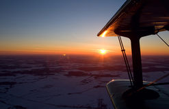 Πέταγμα biplane στο ηλιοβασίλεμα Στοκ φωτογραφίες με δικαίωμα ελεύθερης χρήσης
