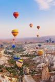 πέταγμα cappadocia μπαλονιών αέρα καυτό πέρα από την Τουρκία Στοκ Φωτογραφίες