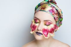Πέταλα λουλουδιών στο πρόσωπο Στοκ Φωτογραφίες