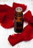 Πέταλα λουλουδιών Ose με το aromatherapy ουσιαστικό πετρέλαιο Στοκ φωτογραφίες με δικαίωμα ελεύθερης χρήσης