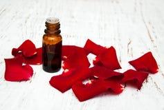 Πέταλα λουλουδιών Ose με το aromatherapy ουσιαστικό πετρέλαιο Στοκ φωτογραφία με δικαίωμα ελεύθερης χρήσης
