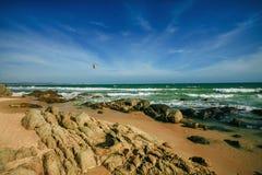 Πέτρα αντίκτυπου γραμμών μαστιγίων κυμάτων θάλασσας στην παραλία Δύσκολη ακτή με την ομορφιά sandand Στοκ Εικόνες