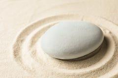 Πέτρα κήπων της Zen στην άμμο με το σχέδιο περισυλλογή στοκ εικόνα με δικαίωμα ελεύθερης χρήσης