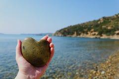 Πέτρα καρδιών στο φοίνικα με τη θάλασσα στο υπόβαθρο Στοκ φωτογραφίες με δικαίωμα ελεύθερης χρήσης