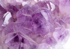 πέτρα πολύτιμων λίθων αμεθύστινου στενή κρυστάλλου επάνω Στοκ Εικόνες