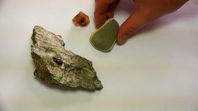 Πέτρα πολύτιμων λίθων στο γεωλογικό μετάλλευμα με άλλα μεταλλεύματα φιλμ μικρού μήκους