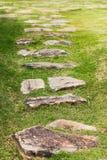 πέτρα πορειών περιπάτων στην πράσινη χλόη Στοκ Φωτογραφίες