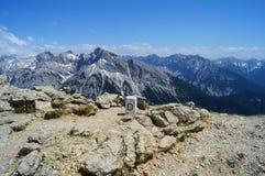 Πέτρα συνόρων στην ανύψωση πάνω από 2300 μ επάνω από τη θάλασσα - επίπεδο μεταξύ της Γερμανίας και της Αυστρίας Στοκ Φωτογραφία