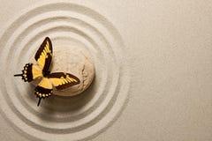 Πέτρα της Zen με την πεταλούδα Στοκ φωτογραφία με δικαίωμα ελεύθερης χρήσης