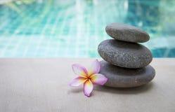 Πέτρα της Zen spa με το λουλούδι plumeria Στοκ Εικόνα