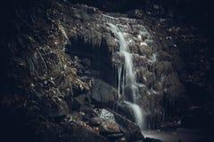Πέτρα Mistic cavel στα βουνά στοκ εικόνα με δικαίωμα ελεύθερης χρήσης