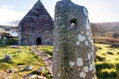 Πέτρα Ogham και μεσαιωνική εκκλησία Kilmalkedar στοκ φωτογραφία με δικαίωμα ελεύθερης χρήσης