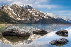 Πέτρες αντανάκλασης νερού Moutnain Στοκ φωτογραφίες με δικαίωμα ελεύθερης χρήσης