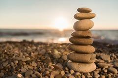Πέτρες βασαλτών της Zen στην παραλία στο υπόβαθρο Στοκ Φωτογραφία