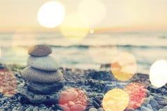 Πέτρες βασαλτών της Zen στο υπόβαθρο παραλιών ηλιοβασιλέματος Στοκ Εικόνες