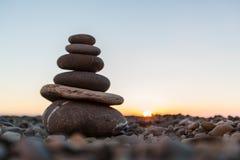 Πέτρες βασαλτών της Zen στο υπόβαθρο παραλιών ηλιοβασιλέματος Στοκ φωτογραφία με δικαίωμα ελεύθερης χρήσης