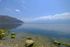 Πέτρες & βουνό από τη λίμνη στο Δάλι-- Erhai Στοκ Φωτογραφίες