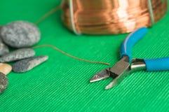Πέτρες, εργαλεία και καλώδιο χαλκού Στοκ φωτογραφίες με δικαίωμα ελεύθερης χρήσης