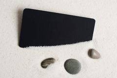 Πέτρες θάλασσας και μαύρος αποκομμένος στην άμμο. στοκ φωτογραφία