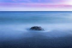 Πέτρες θάλασσας με το δραματικό ουρανό Στοκ Φωτογραφία
