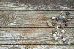 Πέτρες θάλασσας στο ξύλινο υπόβαθρο Στοκ φωτογραφία με δικαίωμα ελεύθερης χρήσης