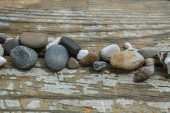 Πέτρες θάλασσας στο ξύλινο υπόβαθρο Στοκ φωτογραφίες με δικαίωμα ελεύθερης χρήσης