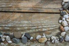 Πέτρες θάλασσας στο ξύλινο υπόβαθρο Στοκ Εικόνες