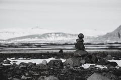 Πέτρες ισορροπίας, πέτρα της Zen που συσσωρεύεται, γραπτός που τονίζεται στοκ εικόνες με δικαίωμα ελεύθερης χρήσης