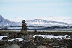 Πέτρες ισορροπίας που συσσωρεύονται, τοπίο το χειμώνα, Zen-όπως, έννοια calmness στοκ φωτογραφία