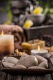 Πέτρες και αρωματικά κεριά Στοκ εικόνα με δικαίωμα ελεύθερης χρήσης