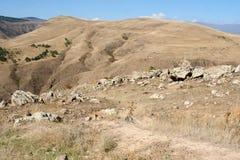 Πέτρες και βουνά σε Karahunj Ορόσημο της Αρμενίας στοκ εικόνα με δικαίωμα ελεύθερης χρήσης