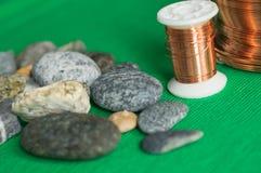 Πέτρες και καλώδιο χαλκού Στοκ Εικόνες