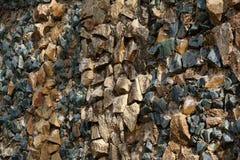 Πέτρες και μεγάλα κομμάτια του κίτρινου και πράσινου γυαλιού Στοκ Εικόνες