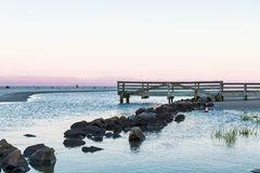 Πέτρες και παλαιά ξύλινη αποβάθρα Στοκ φωτογραφία με δικαίωμα ελεύθερης χρήσης