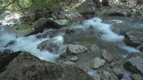 Πέτρες και ποταμός βουνών με το μικρό καταρράκτη Στοκ φωτογραφίες με δικαίωμα ελεύθερης χρήσης