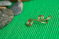 Πέτρες και στοιχείο από ένα καλώδιο χαλκού Στοκ Εικόνα