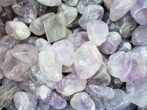 πέτρες με τα μεταλλεύματα χαλαζία στα άσπρες και ανοικτό μωβ χρώματα, το υπόβαθρο και τη σύσταση στοκ φωτογραφία
