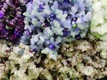πέτρες με τα μεταλλεύματα χαλαζία στα διάφορα χρώματα, το υπόβαθρο και τη σύσταση στοκ εικόνες