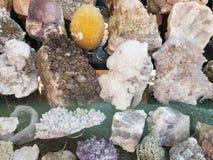 πέτρες με τα μεταλλεύματα χαλαζία στα διάφορα χρώματα, το υπόβαθρο και τη σύσταση στοκ φωτογραφία με δικαίωμα ελεύθερης χρήσης