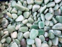 πέτρες με τα μεταλλεύματα χαλαζία στα πράσινες χρώματα, το υπόβαθρο και τη σύσταση στοκ φωτογραφία